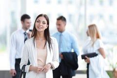Портрет успешной бизнес-леди на запачканном офисе предпосылки Стоковая Фотография RF