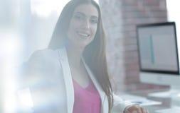 Портрет успешной дамы дела в офисе Стоковая Фотография RF