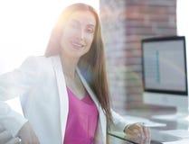 Портрет успешной дамы дела в офисе Стоковые Изображения RF