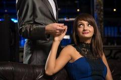 Портрет успешной женщины в ночном клубе Стоковое Фото