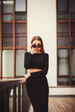 Портрет успешной и уверенно женщины в солнечных очках Стоковая Фотография