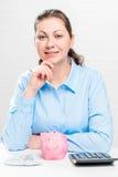 Портрет успешной молодой женщины с копилкой Стоковая Фотография RF