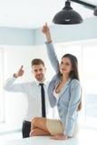 Портрет успешных бизнесменов которые показывают большому пальцу руки поднимающий вверх жест Стоковое Фото