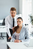 Портрет успешных бизнесменов на их рабочем месте Busin Стоковые Фотографии RF
