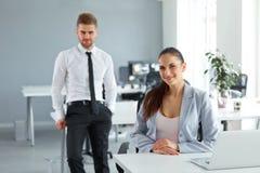 Портрет успешных бизнесменов на их рабочем месте Busin Стоковое Изображение