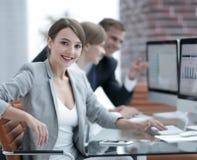 Портрет успешных бизнес-леди в рабочем месте Стоковое фото RF