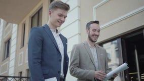 Портрет 2 успешных уверенных людей в официальной носке идя на террасу обсуждая новый проект Концепция независимого сток-видео