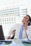 Портрет услаженного бизнесмена на телефоне Стоковое Изображение