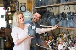 Портрет утвари человека и женщины ходя по магазинам керамической в бутике Стоковые Фотографии RF