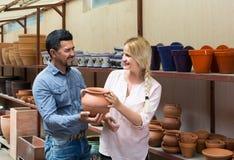 Портрет утвари человека и женщины ходя по магазинам керамической в бутике Стоковые Изображения RF