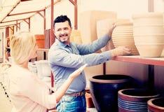Портрет утвари человека и женщины ходя по магазинам керамической в бутике Стоковые Фото
