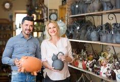 Портрет утвари человека и женщины ходя по магазинам керамической в бутике Стоковая Фотография