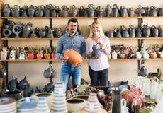 Портрет утвари человека и женщины ходя по магазинам керамической в бутике Стоковое Изображение RF