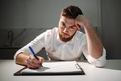 Портрет утомленного молодого бизнесмена Стоковые Изображения RF