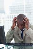 Портрет утомленного работника офиса используя компьютер Стоковые Фотографии RF