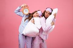 Портрет 2 утомлял милые девушек одетые в пижамах Стоковая Фотография