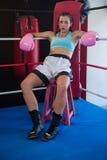 Портрет утомленного женского боксера сидя на табуретке на угле Стоковые Изображения