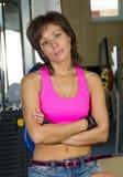 Портрет утомленного женщины на спортзале Стоковое Изображение