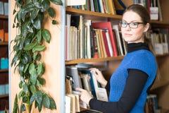 Портрет ухищренного студента в библиотеке Стоковые Фотографии RF