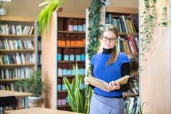 Портрет ухищренного студента в библиотеке Стоковое Фото