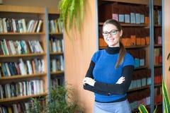 Портрет ухищренного студента в библиотеке Стоковое фото RF