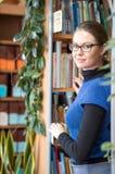 Портрет ухищренного студента в библиотеке Стоковое Изображение