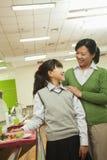 Портрет учителя и девушки школы в школьном кафетерии стоковые изображения rf