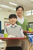 Портрет учителя и девушки школы в школьном кафетерии стоковые фото
