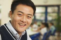 Портрет учителя на обеде в школьном кафетерии стоковые изображения