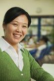 Портрет учителя на обеде в школьном кафетерии стоковая фотография rf
