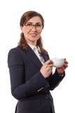 Портрет ушей красивых коммерсантки 50 старых с чашкой кофе в офисе Стоковые Изображения