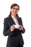 Портрет ушей красивых коммерсантки 50 старых с чашкой кофе в офисе Стоковые Изображения RF