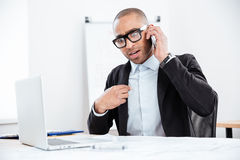 Портрет удивленного бизнесмена говоря на мобильном телефоне Стоковая Фотография