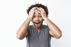 Портрет удивленного и сонного африканского человека с раскрытым ртом против белой стены Забыл принять чайник с его плиты Стоковое Фото