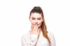 Портрет удивленного excited молодого заволакивания бизнес-леди с руками ее рот стоковое изображение