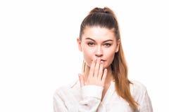 Портрет удивленного excited молодого заволакивания бизнес-леди с руками ее рот стоковое фото rf