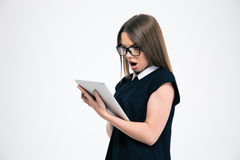 Портрет удивленной девушки используя планшет Стоковые Изображения