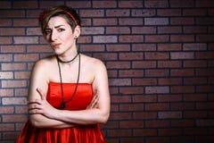 Портрет удивленной красивой женщины в красном платье Стоковая Фотография