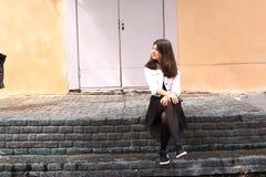Портрет улицы девушки подростка на шагах дома Стоковое Изображение RF