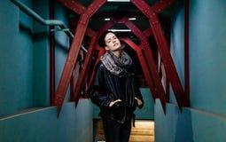 Портрет улицы красивой молодой женщины стоковое изображение rf