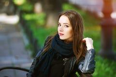 Портрет улицы молодой красивой женщины Стоковые Фотографии RF
