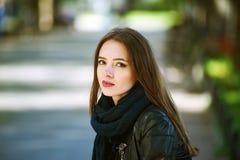 Портрет улицы молодой красивой женщины Стоковые Изображения
