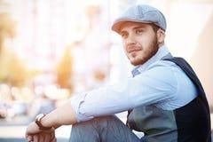 Портрет ультрамодного молодого человека в городе Стоковая Фотография RF