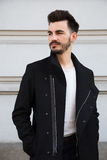 Портрет ультрамодного молодого человека в городе Стоковые Изображения RF