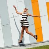 Портрет ультрамодной девушки моды в солнечных очках стоковое фото rf