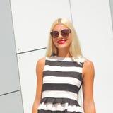 Портрет ультрамодной девушки моды в солнечных очках стоковые изображения