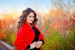 Портрет фантастично красивой девушки в красном пальто стоковое изображение