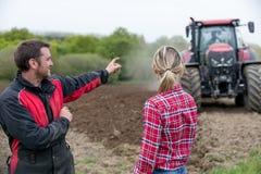 Портрет фермеров в поле стоковые изображения rf