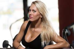 Портрет физически женщины в спортзале Стоковое Изображение