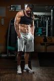 Портрет физически приспособленного молодого человека в здоровом клубе Стоковые Изображения RF